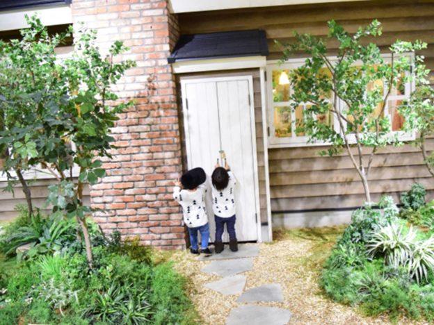 子供が庭にいる画像